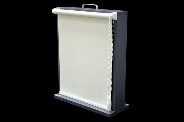 Roleta wolno wisząca bez kasety przeznaczona do montażu bezpośrednio na skrzydło okienne. Może być montowana za pomocą wkrętów, taśmy dwustronnie klejącej, lub za pomocą specjalnie wyprofilowanych plastikowych wieszaków dołączonych wraz z roletą. Może ona zostać dodatkowo wyposażona w żyłki prowadzące, które powodują że tkanina prowadzona jest wzdłuż linii okna (dotyczy okien uchylnych). Może zostać wyposażona również w magnesy, które podtrzymują ją w pozycji opuszczonej Mechanizmy dostępne w kolorach: białym i brązowym.