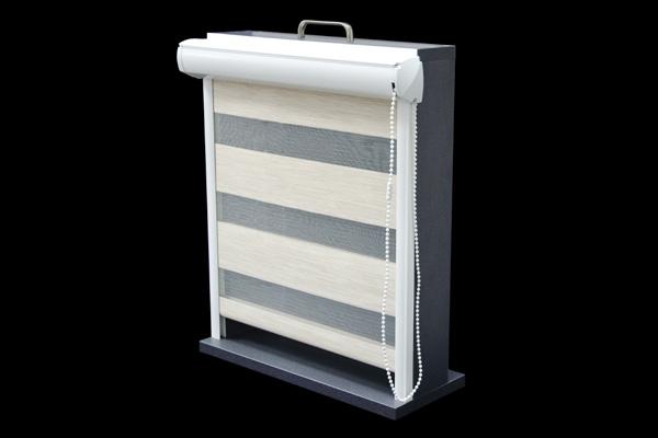 Roleta w kasecie z PCV przyklejana do ramy okna lub montowana za pomocą wieszaków na ramie okna. Po zamontowaniu nie zmniejsza światła szyby. Kaseta rolety dostępna jest wyłącznie w kolorze białym.