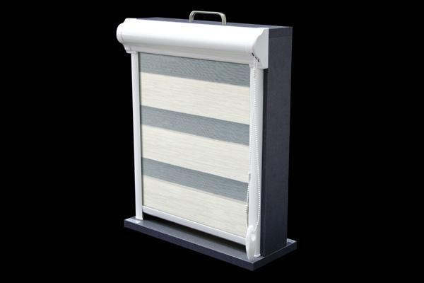 Roleta w kasecie przestrzennej z aluminium przyklejana do ramy okna lub zawieszana za pomocą wieszaków bezinwazyjnych. Jest to model 23 w wersji przestrzennej. Kaseta rolety dostępna jest w kolorze białym, brązowym, oraz w najpopularniejszych drewnopodobnych kolorach oklein stosowanych w stolarce okiennej.