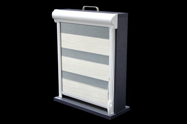 Roleta w kasecie przestrzennej z aluminium przyklejana do ramy okna lub zawieszana za pomocą wieszaków bezinwazyjnych. Jest to model 24 w wersji przestrzennej. Kaseta rolety dostępna jest w kolorze białym, brązowym, oraz w najpopularniejszych drewnopodobnych kolorach oklein stosowanych w stolarce okiennej.