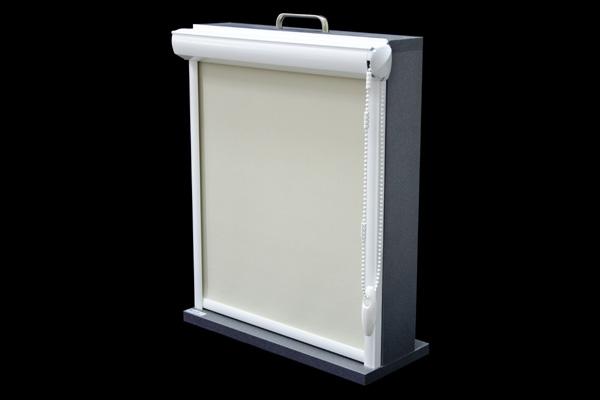 Roleta w kasecie z PCV przyklejana do ramy okna. Montowana jest za pomocą taśmy dwustronnie klejącej. Po zamontowaniu nie zmniejsza światła szyby. Kaseta rolety dostępna jest wyłącznie w kolorze białym.
