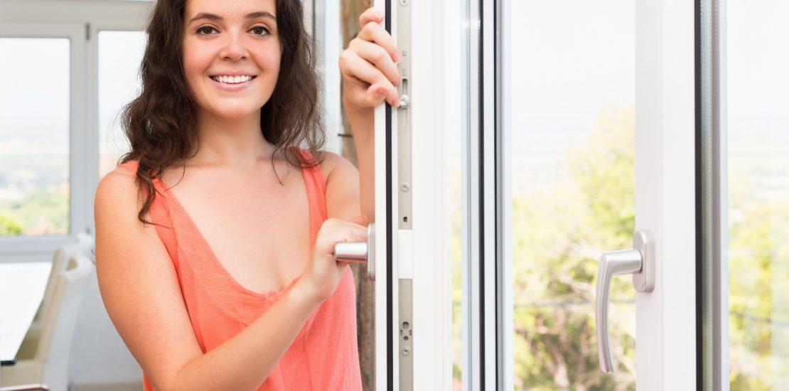 Piękna kobieta przy oknie